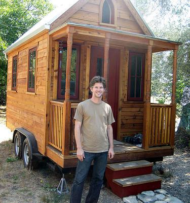 Jay Shafer, soustanovitelj podjetja Tumbleweed Tiny House Company, pred svojo mobilno hiško.  Vir: Foter / CC BY-NC