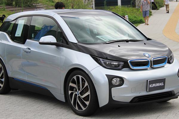 BMW v sodelovanju s podjetjema Bosch ter Vattenfall pilotsko testira uporabo rabljenih baterij iz vozil i3 ter i8 v Hamburu v Nemčiji. Foto: Wikimedia