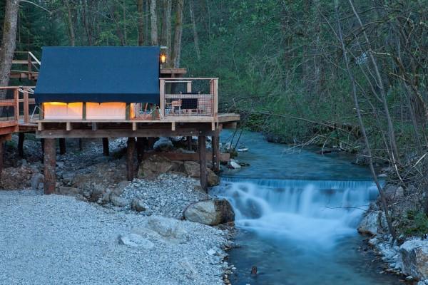 Gostje lahko bivajo tudi v šotorih na pomolu. Foto: Garden Village Bled Slovenia