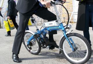 V službo z obleko in e-kolesom